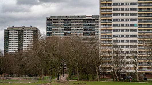 """Die """"Weißen Riesen"""" stehen in Duisburg-Hochheide. Im September soll einer von ihnen gesprengt werden. (Archivfoto)"""
