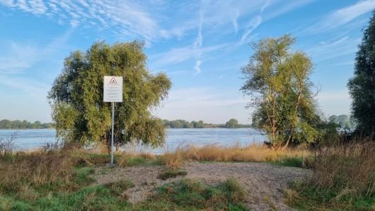 In Duisburg wurden am Rhein neue Schilder aufgestellt.