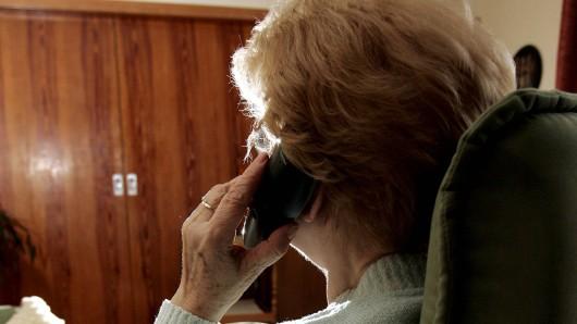 Eine Seniorin aus Duisburg ist ausgeraubt worden. Doch ihre Chance auf Rache kam... (Symbolfoto)