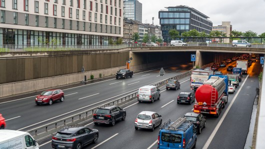 Stau auf der A59 bei der Stadtdurchfahrt in Duisburg. Auch am Sonntag wird es mit dem Auto schwer, durchzukommen. (Archivfoto)