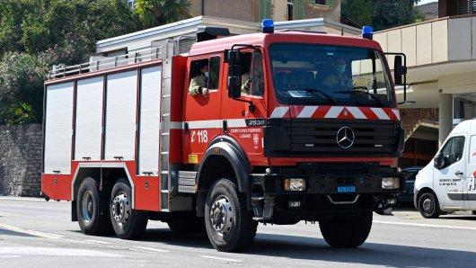 In Duisburg brannten in der Nacht zwei Autos. (Symbolbild)