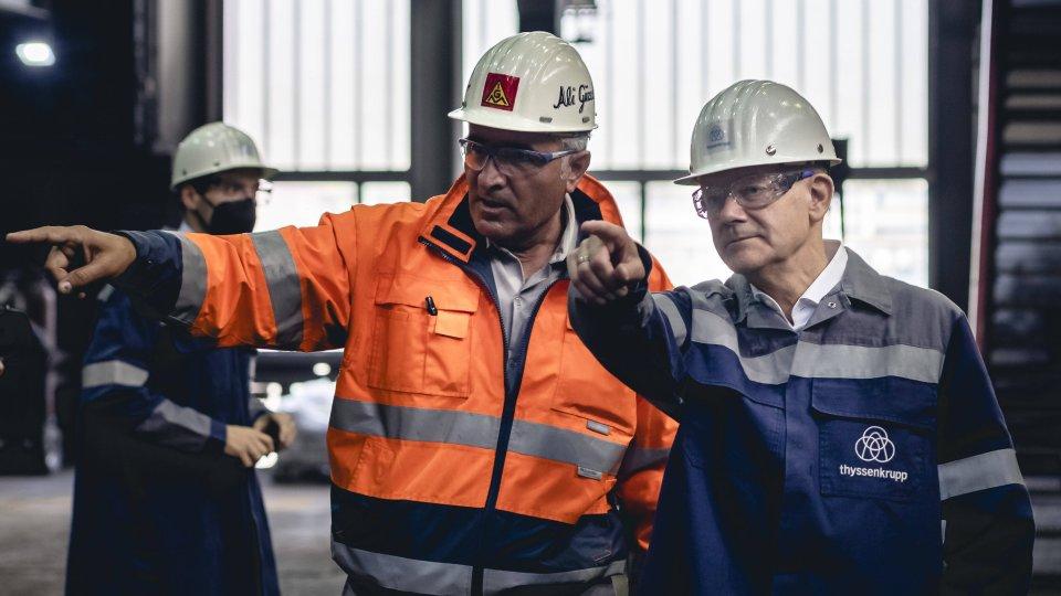 Kanzlerkandidat Olaf Scholz im Stahlwerk in Duisburg.