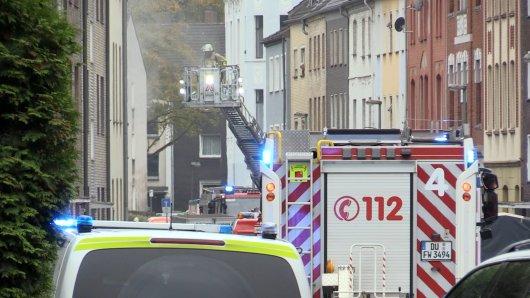 Duisburg: Die Feuerwehr musste Anwohner mit einer Drehleiter aus einem Brandhaus retten.