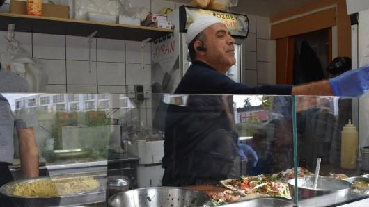 Heute knetet Kamal Al Haboul Falafelteig in seinem Imbiss. Früher hat er die Leute in seinem Restaurant verköstigt.