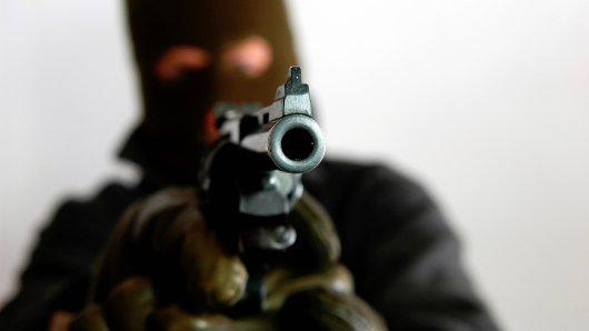 Bewaffnet stürmten die Täter eine Tankstelle und einen Discounter.