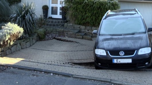In Heisingen hat es einen Tagesbruch gegeben. Dabei sackten vor einem Wohnhaus Teile der Garagenzufahrt und des Vorgartens ab.