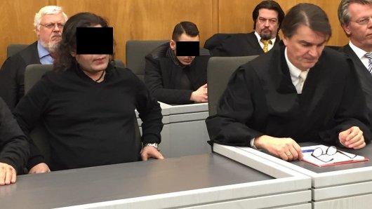 Mahmud M. (2. v. li.) ist der Hauptangeklagte im Prozess. 3. v. li. ist der jüngste Angeklagte, Khalid M.
