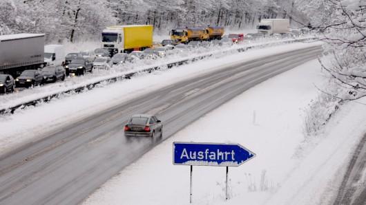 Der plötzliche Wintereinbruch sorgt für glatte Straßen im Ruhrgebiet.