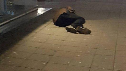 Ein Mensch liegt in Essen bei Minustemperaturen auf der Straße.