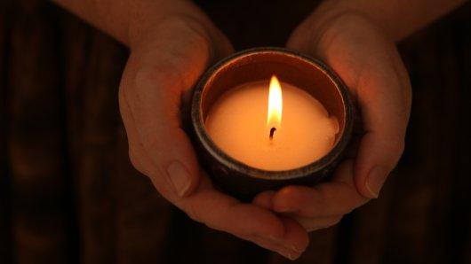 Kinder und Erzieher des katholischen Zweckverbandes gedenken am Donnerstag einem fünfjährigen Mädchen