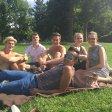 """Markus, Louis, Niklas, Julia, Lisa und David: """"Wir genießen die Sonne, die Gemeinschaft und die Atmosphäre im Park."""""""