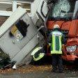 Ein Stromverteiler-Kasten bremste den Lkw endgültig - trug aber erhebliche Schäden davon.