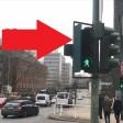 Sichtschutz und Blinklicht warnen vor kreuzenden Fußgängern.