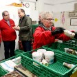 NRW-Integrationsminister Joachim Stamp (FDP) und Tafelchef Jörg Sartor unterhalten sich am Samstag während der Essensausgabe in den Räumlichkeiten der Tafel.