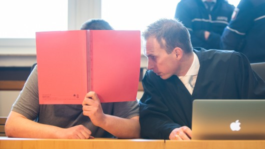 Timo Scharrmann (re.) mit dem Angeklagten Alexander H. vor dem Essener Landgericht.