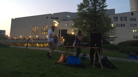 Ein DJ-Kollektiv macht spontan Elektro-Mukke im Stadtgarten.