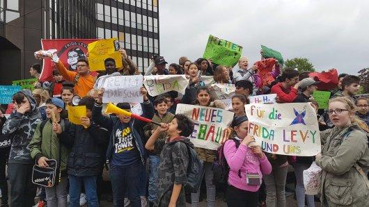 Schüler der Frida-Levy-Gesamtschule demonstrieren vor dem Rathaus.