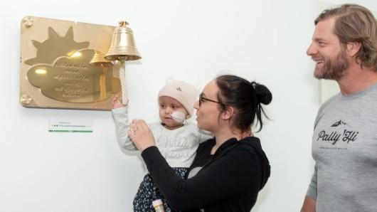 Henning Baum darf zusammen mit der kleinen Kristel die Glückauf-Glocke einweihen.