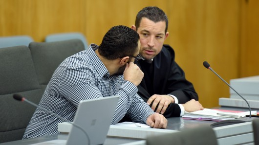 Samir B. (l.) ist angeklagt, seine Verlobte Esra C. brutal mit einem Beil und einem Messer getötet zu haben.