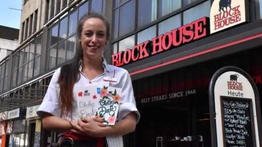 Janine Siemoneit bemalt die Rechnungen für ihre Kunden voller Hingabe.