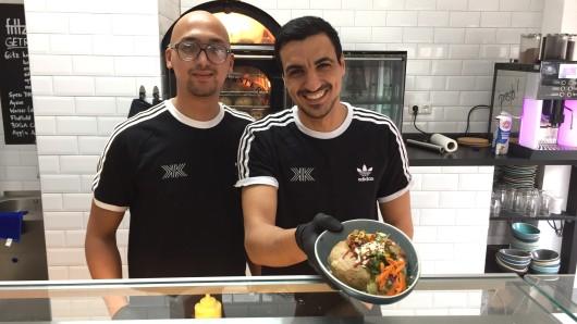 Adam Assidi (l.) und Samy Eleuch haben Essens ersten Kumpir-Laden eröffnet.