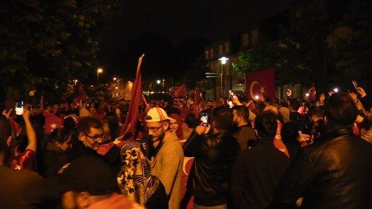 Rund 200 Menschen feiern vor dem türkischen Konsulat in Essen den vorläufigen Wahlsieg Erdogans.