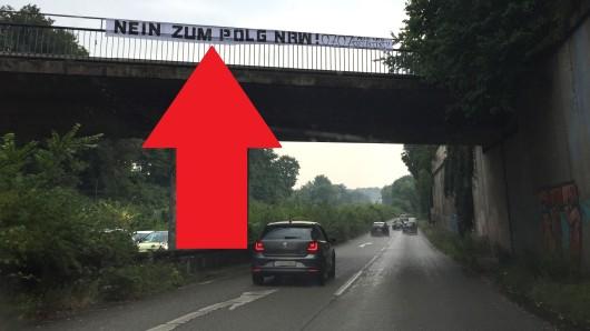 Ein Banner über der A52-Auffahrt Essen-Süd fordert zum Besuch einer Demonstration gegen das neue Polizeigesetz NRW auf.