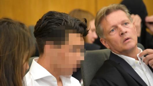 Dean Martin L. sitzt auf der Anklagebank neben seinem Verteidiger Hans Reinhardt.