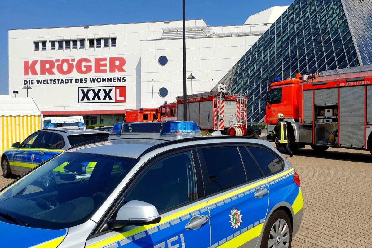 Großaufgebot Von Feuerwehr Und Polizei Bei Möbel Kröger In Essen