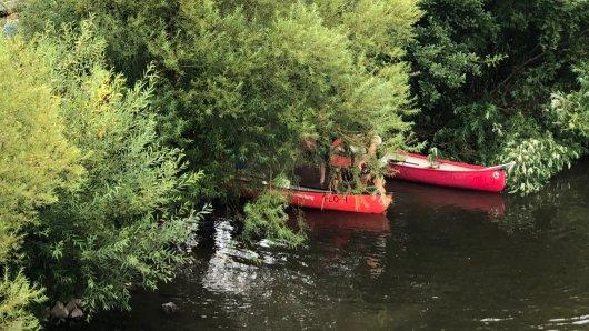 Durch einen Fahrfehler lief das Kanu auf der Ruhr Leck.