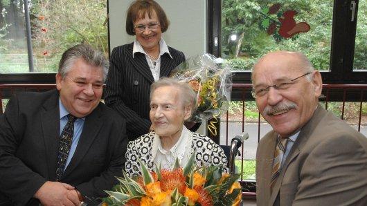 Bürgermeister Rudolf Jelinek (rechts) gratuliert Johanna Brings im Namen der Stadt zum 106. Geburtstag. Glückwünsche überbrachten auch Bezirksbürgermeister Hans-Wilhelm Zwiehoff und Tochter Melitta Wingenfeld. (Archivbild)