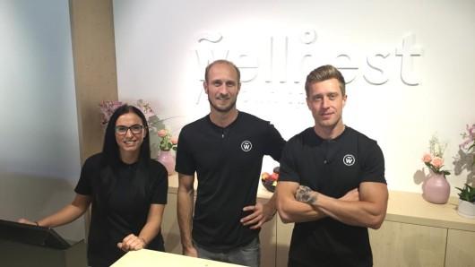 Mariusz Rogalski (v. re.), Marc André Pfeiffer und Mitarbeiterin Julia von Wellnest in der Essener Innenstadt.