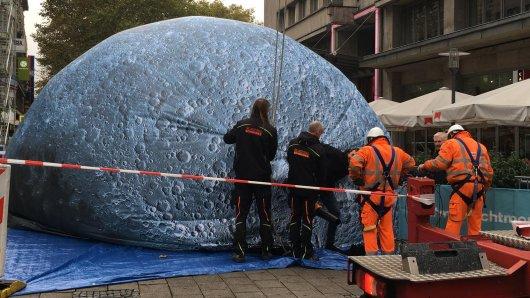 Aus Sicherheitsgründen wurde der Mond auf der Kettwiger Straße in Essen abgebaut.