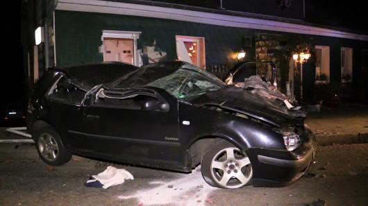 Das Auto ist nach dem Crash nur noch Schrott.