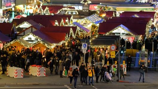 Weihnachtsmarkt auf dem Willy-Brandt-Platz in Essen.