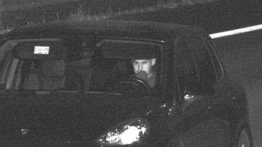 Mit diesem Blitzerfoto sucht die Polizei Essen nach dem Dieb und dem gestohlenen Porsche.