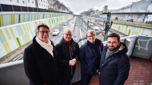 Klingt verrückt, aber Julia Kahle-Hausmann, Rainer Marschan, Britta Altenkamp und Thomas Kutschaty (von links) machen sich für einen Deckel auf der A40 stark.