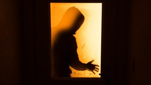 Nachdem er erfolgreich in das Haus eingebrochen war, sperrte eine aufmerksame Bewohnerin den 29-jährigen Einbrecher kurzerhand ein. (Symbolfoto)