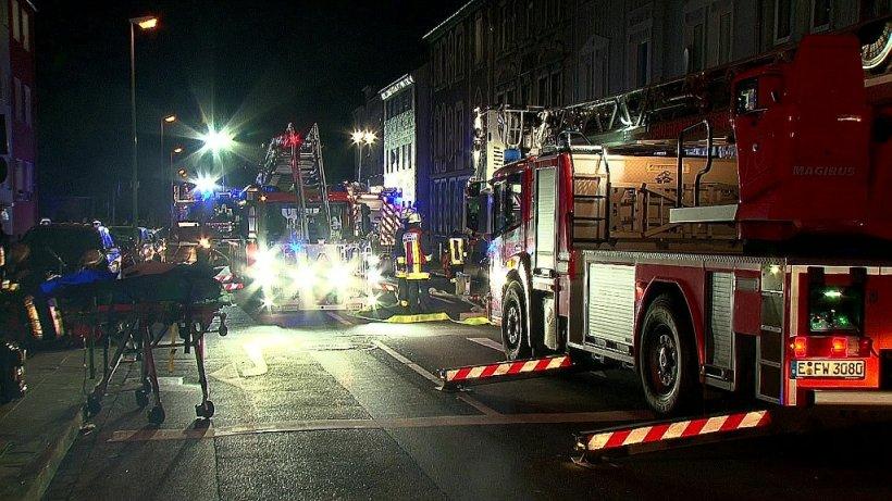 Essen menschen wollen in panik aus dem fenster springen feuerwehr l scht schweren brand - Fenster turen bauelemente busch duisburg ...