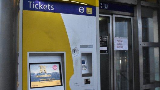 Während Anzeigen, Lautsprecher und Licht defekt sind, funktioniert der Ticketautomat einwandfrei. Das irritiert einige Kunden.