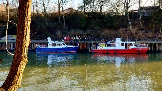Die Polizei und Feuerwehr Essen bergen aktuell eine Wasserleiche aus dem Rhein-Herne-Kanal in Essen-Dellwig.