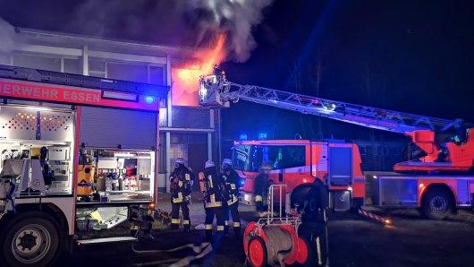 In einer ehemaligen Schule in Essen hat es am Dienstagabend gebrannt.