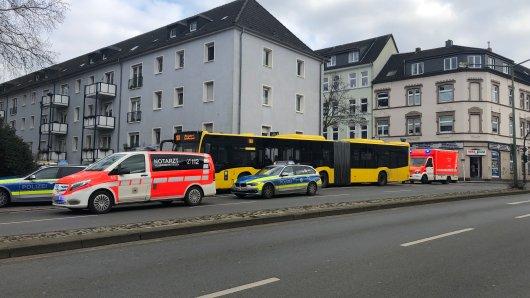 Der Fahres des Essener Linienbus 161 musste am Freitagnachtmittag so stark abbremsen, dass eine Frau stürzte und sich dabei verletzt hat.