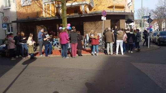 Vor der Eisdiele Casal in Essen bilden sich am Wochenende lange Schlangen.