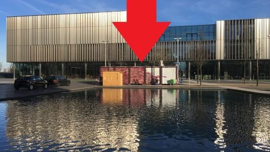 Seit einigen Wochen steht ein Container auf dem Gelände des Konzerns Thyssenkrupp.