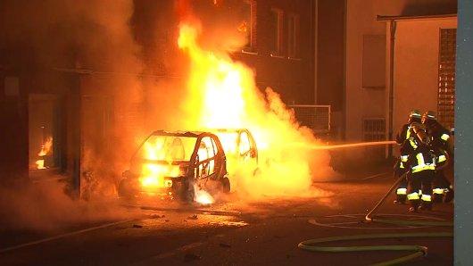 Drei Autos der AfD brannten in Essen am Donnerstag komplett aus.