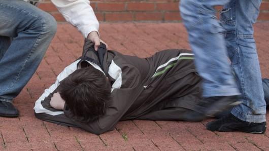 Ein brutales Video zeigt, wie die Täter mehrere Minuten auf ihr Opfer einschlagen und treten. (Symbolbild)