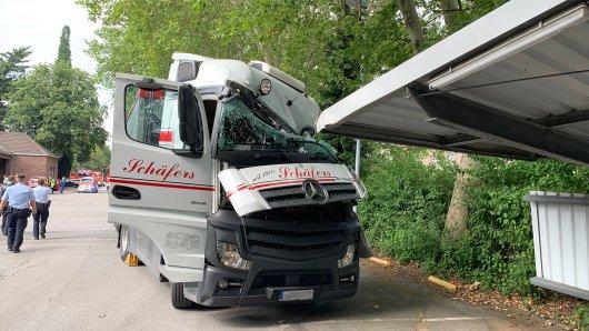 Angesicht dieses Bildes hatte der Lkw-Fahrer riesiges Glück, dass er nur leichte Verletzungen davontrug.