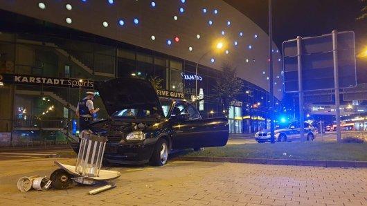 Der Kleinwagen kam am Limbecker Platz in Essen von der Fahrbahn ab und zerstörte eine Laterne.