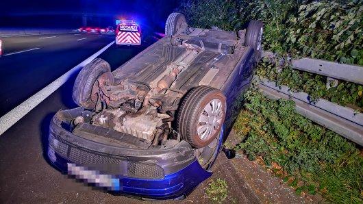 Nach einem Unfall auf der A40 zwischen Essen und Gelsenkirchen liegt ein Auto auf dem Dach.